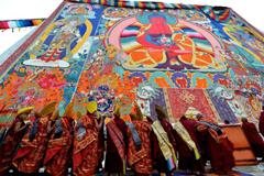 西藏扎什伦布寺举行展佛活动