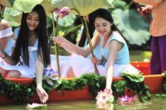 珠江形象大使化身荷花仙子放漂莲花灯吸睛