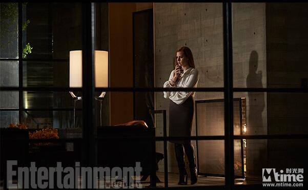 剧照中,艾米·亚当斯身处夜色的房间中,若有所思。吉伦哈尔饰演的角色坐在警车中,神情紧张;另一张照片中他急不可待地跳下警车,似乎他的家人遭遇了意外。    时光网讯 由汤姆·福特执导,杰克·吉伦哈尔、艾米·亚当斯、艾拉·菲舍尔和艾米·汉莫主演的《夜行动物》今日首次曝光了剧照。   《夜行动物》改编自Austin Wright的原著《托尼与苏珊》(Tony and Susan),故事讲述艾米·亚当斯饰演的画廊