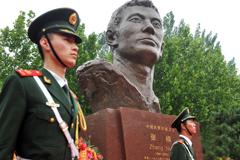 中国武警忠诚卫士张楠烈士塑像在沧州市烈士陵园落成