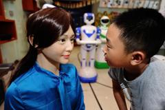 湖南首家机器人5S店落户长沙 智能美女吸睛