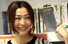 香港明星郑秀文出席旧书义卖行动