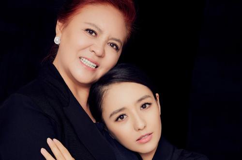 佟丽娅32岁生日发温情写真 母女相拥爱意满满颜值高