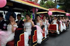 上海12对新人乘过山车享受极速旅程见证缘分
