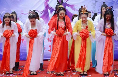 """20对情侣教师扮成""""牛郎织女""""举行集体婚礼"""