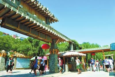 游客在水车园欣赏兰州美景