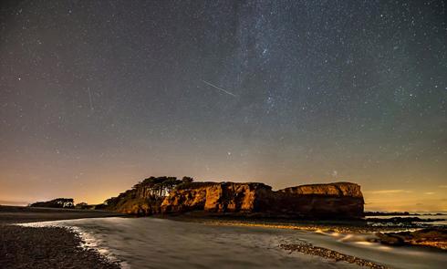 英国英仙座流星雨夜空美景引关注