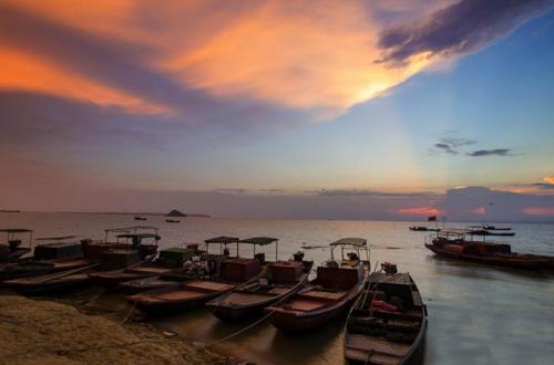 鄱阳湖上空现七彩云 水天一色如大片