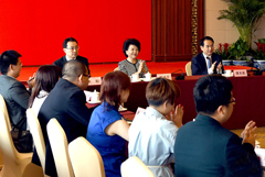 裘援平出席在港华人青年专业人士访问团座谈会