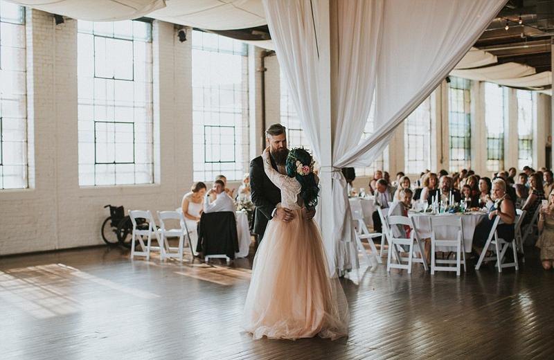 美国女子瘫痪8年 婚礼上奇迹站立(图)