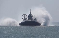 南海舰队新型气垫登陆艇首次登陆演练