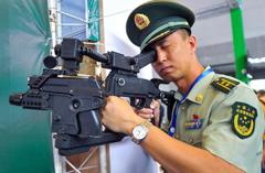 新疆举办亚欧安防博览会 器材科幻似未来武器