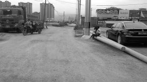 兰州安宁区世纪大道两闲置电杆挡道 相关部门正在联系清理