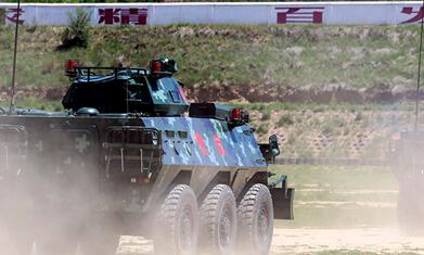 高清:全员出动!武警装甲车官兵陌生地域战高温