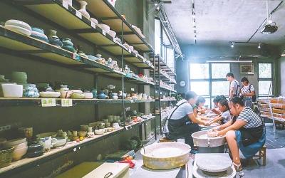 每逢周末,都有大学生来到产业园与陶工坊举办的体验课堂,体验陶艺