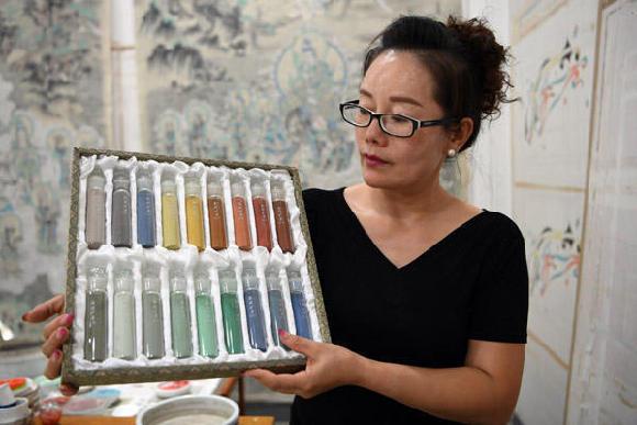 王亚玲:传承岩彩画艺术是我的理想