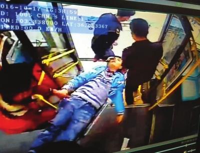 兰州1路车上的温馨一幕:男子突发疾病 司机乘客联手施救