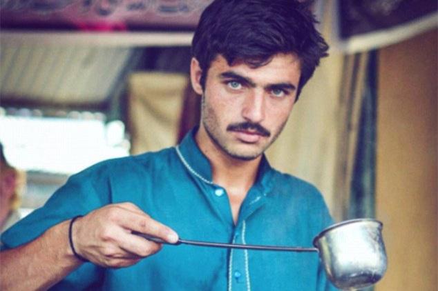 巴基斯坦茶饮摊贩小哥气质出众 一夜爆红成模特(组图)