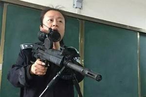 """云南一女老师""""扛枪""""上课 霸气侧漏"""