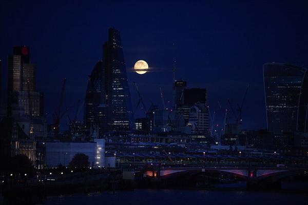 """全球摄影师抢拍21世纪最大""""超级月亮"""""""