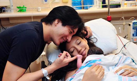 王力宏结婚三周年盼与妻子重逢 粉丝接机合唱送祝福