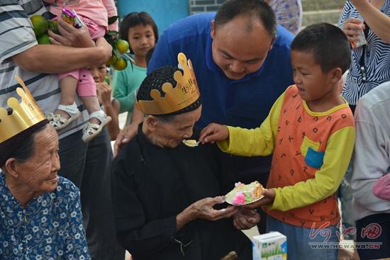 金城江街道广场社区老人重阳共赴长桌宴