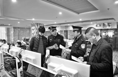 张掖高台民警向上网人员现场讲解犯罪分子作案手段(图)