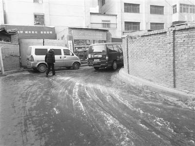 兰州牟家庄巷道窨井泛污 冰溜子遍地影响通行(图)