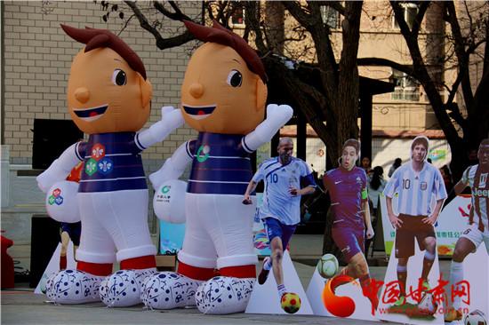 足球主题队会,足球手抄报,摄影,手工制作等形式多样的主题活动.