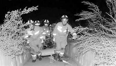 庆阳西峰区一男孩玩滑板滑入排污沟底 消防迅速出动被困者获救