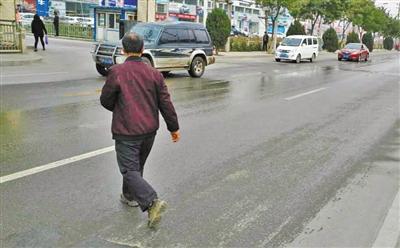 北滨河中路缺人行信号灯 市民涉险过街
