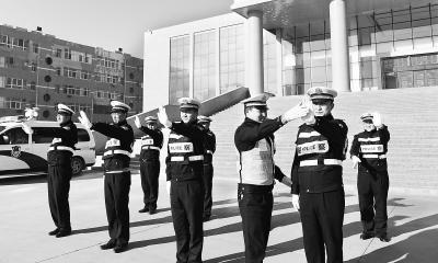 张掖临泽县公安局交通警察大队民警进行交通指挥手势训练