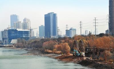 兰州市对黄河水车博览园至亲水平台段河床进行开渠引流(图)