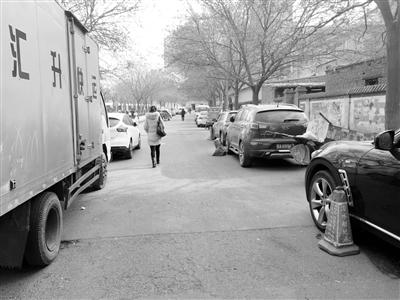 兰州十六中门前车辆乱停 影响学生行人通行