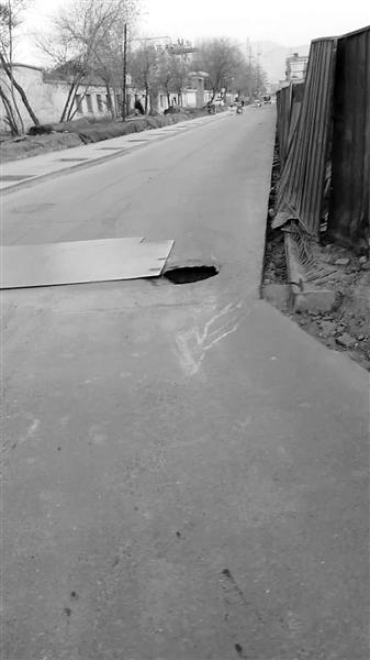 """兰州市民反映:西固区一处马路中央窨井缺盖 车辆经过""""轮陷""""其中"""