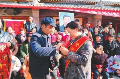受到习总书记接见 甘肃庆阳义渠村村民刘兰芳载誉归来(图)