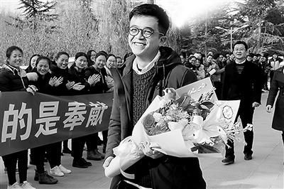 """甘肃大学生赖鑫飞赴广州救人追踪 百余师生迎接""""暖男""""归来"""