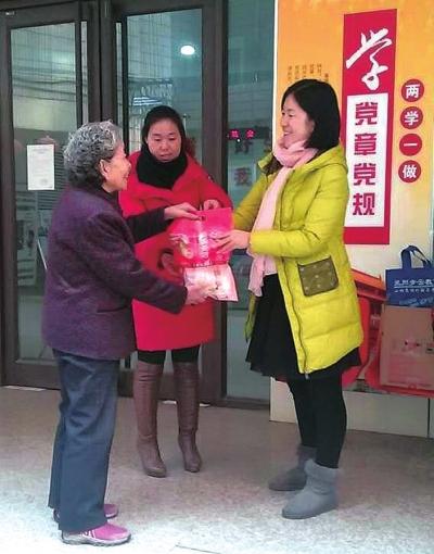 兰州:街道送饺子 空巢老人很暖心(图)