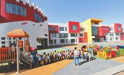 嘉峪关市第一幼儿园的孩子们在老师带领下玩耍(图)
