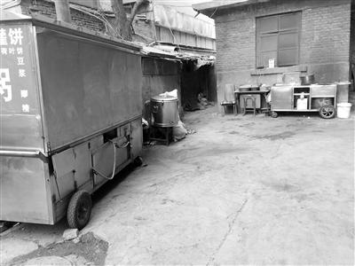 兰州市民反映:早餐车停在居民区 地面油污脏乱不堪