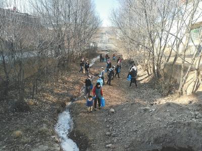 甘南临潭县卓洛乡下园子村村民捡拾排洪道里的垃圾(图)