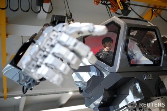 《阿凡达》成真!韩国巨型载人机器人迈出第一步