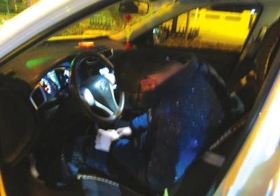 兰州:小轿车停在路边,被盗了?出事了?原来是醉驾司机睡着了!
