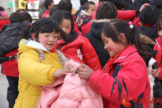 新年前的献礼 300多件棉衣为临夏山区小学带来冬日的温暖(组图)