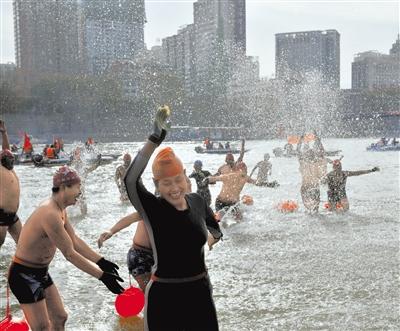 兰州举行第28届元旦冬泳漂流表演活动 275名健儿搏击黄河迎新年