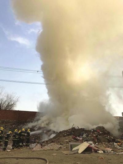 兰州:板材起火工地浓烟滚滚