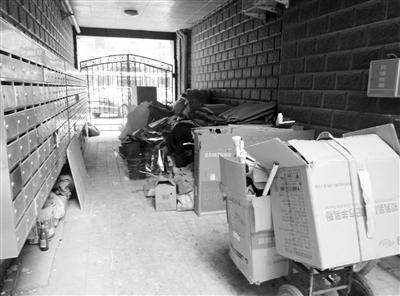 兰州:老汉占消防通道堆废品 小区居民担心有隐患