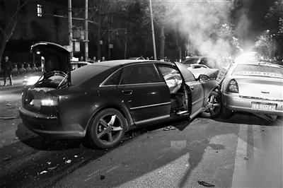 兰州:凌晨奥迪与出租迎面相撞 致1死3伤(图)