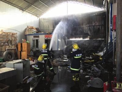 兰州一物流园起火 彩钢房被烧得扭曲变形