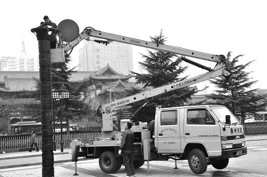 天水市政设施管理处出动高空作业车正在逐一检修市区照明灯(图)